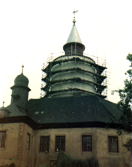 Foto von der Restaurierung des Ostflügels der Burg Posterstein um 1984 - der Turm mit Gerüst