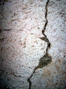 Riss in der Turmmauer (Foto: Museum Burg Posterstein 2011)