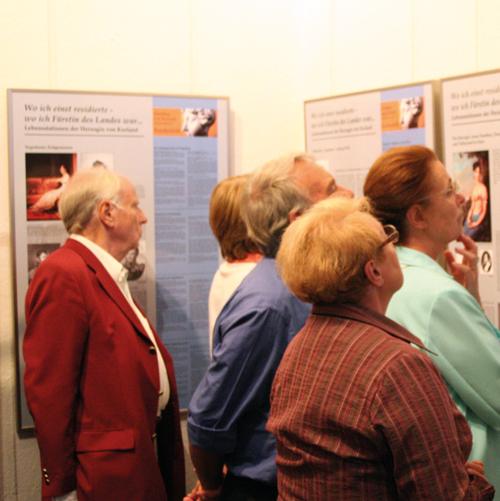 """Besucher in der Wanderausstellung """"Lebensstationen der Herzogin von Kurland"""" in der Galerie der Burg Posterstein"""