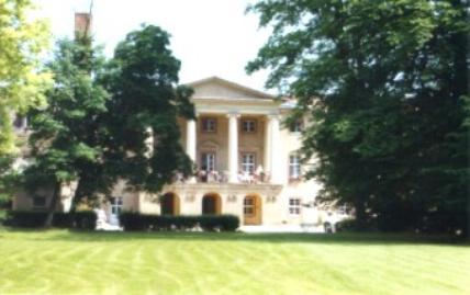 Schloss Löbichau, bevor es 2009 - bis auf die Fassade - abgerissen und als Neubau neu aufgebaut wurde.