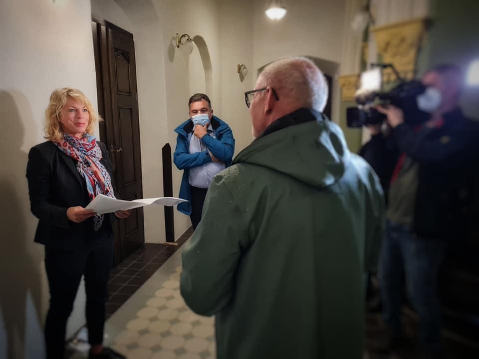 Staatssekretärin Susanna Karawanskij vom Thüringer Ministerium für Infrastruktur und Landwirtschaft bei der Übergabe des Zuwendungsbescheid  an Landrat Uwe Melzer.