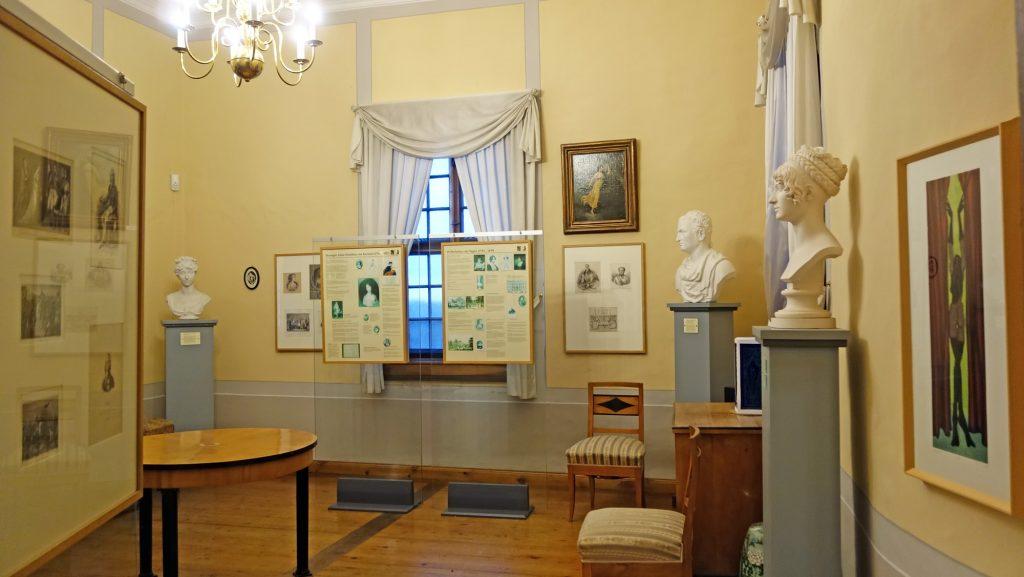 Blick in die Ausstellung zur europäischen Salongeschichte im Museum Burg Posterstein