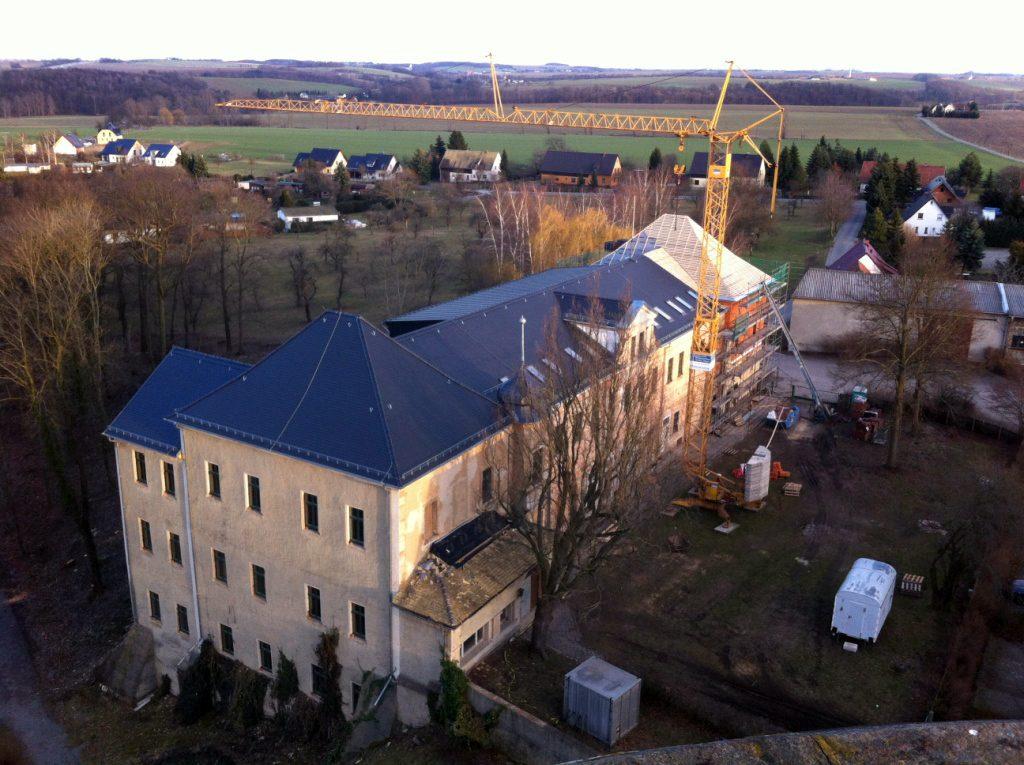 Blick vom Burgturm auf das historische Herrenhaus