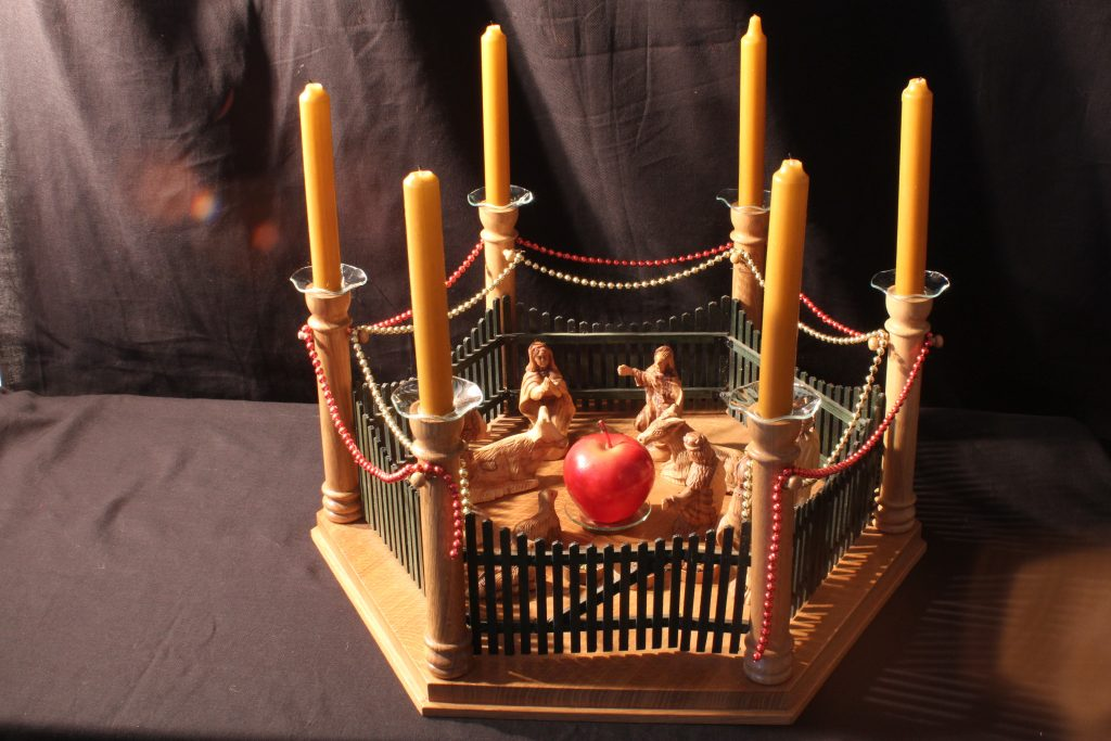 """Ein """"Mettla"""" aus Olivenholz, ein Vorgänger der Weihnachtspyramide - Sammlung Museum Burg Posterstein"""