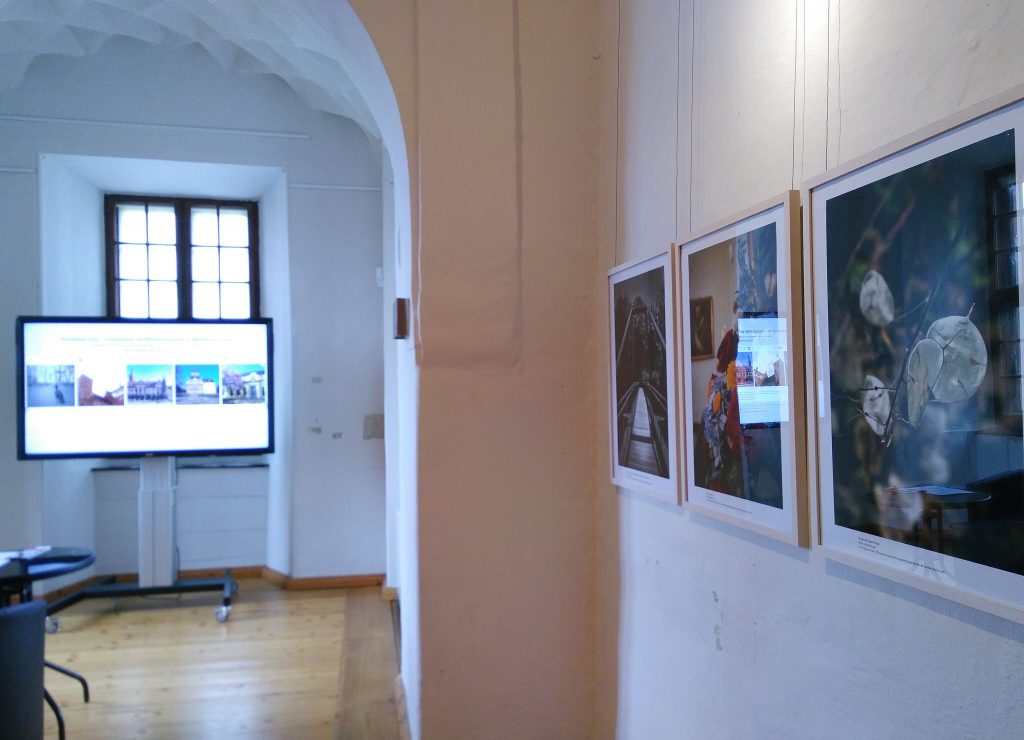 Die Ausstellung #Schlössersafari 2019 im Museum Burg Posterstein: Ein Bildschirm brachte die auf Instagram geteilten Bilder in die Ausstellung vor Ort ein.