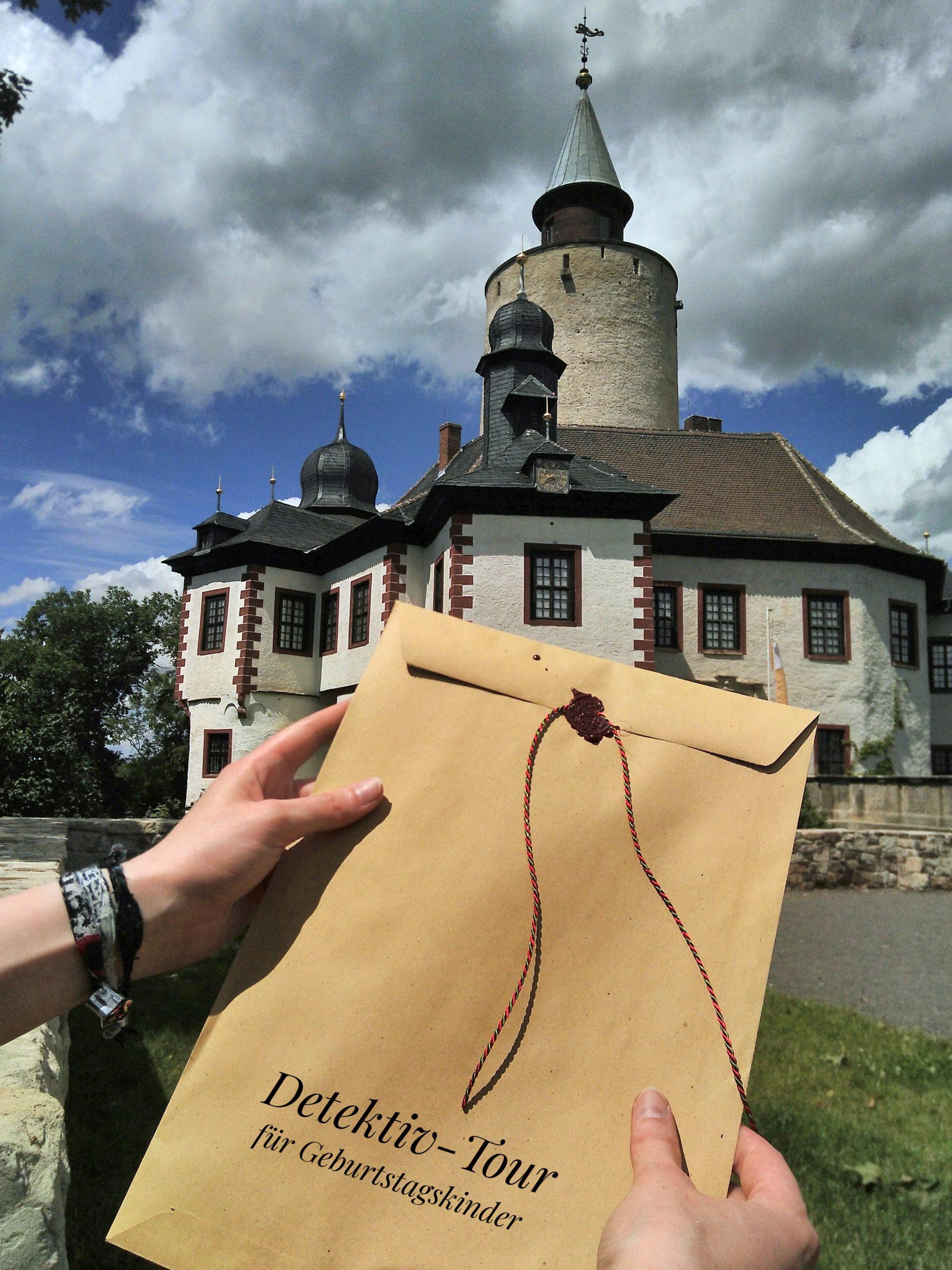"""Geburtstagskinder können Burg Posterstein mit einem Detektiv-Set gemeinsam erkunden. Mit Sinn für Team-Arbeit gilt es gemeinsam Rätsel zu knacken - Hilfestellung gibt es von der """"Burgwache""""."""