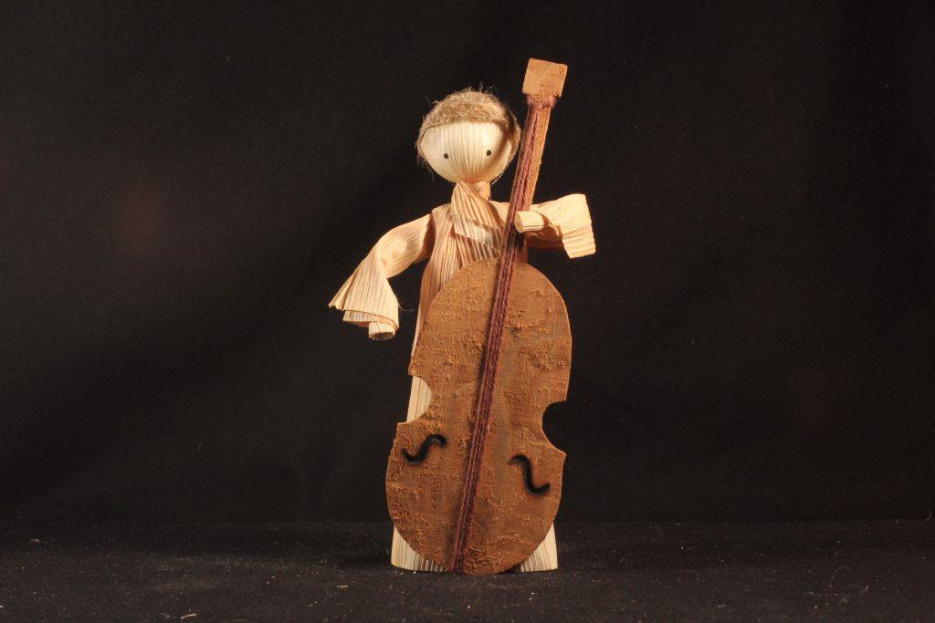 Die Figuren aus einer slowakischen Strohkrippe musizieren.