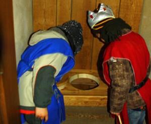 Kleine Ritter und Burgfräulein beim Blick ins ritterliche Klo.