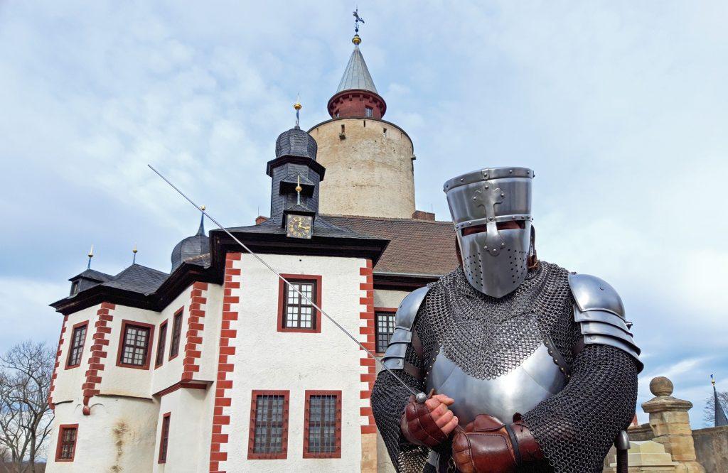 """Ritter mit Schwert vor Burg Posterstein - Symbolbild für Familien-Ausstellung """"Die Kinderburg"""" auf Burg Posterstein"""