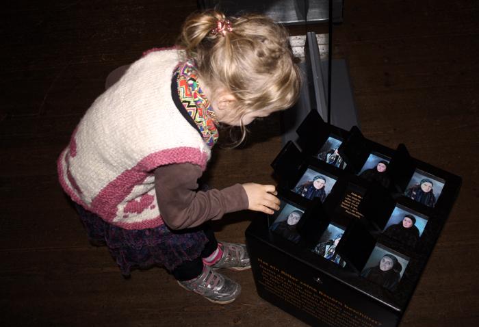 Kleines Memory-Spiel im Würfel - in der Familienausstellung auf Burg Posterstein.