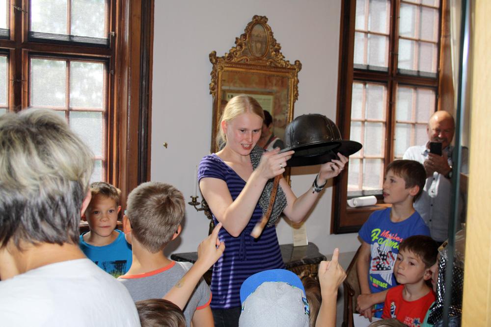 Kinderführung durch die Burg.