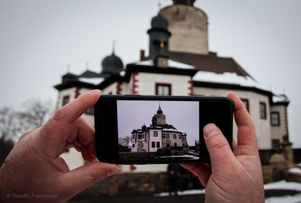 Gruppenbild vor Burg Posterstein – Nicht alle wollen aufs Bild, denn nicht Menschen, sondern historische Gebäude und Landschaften stehen im Fokus der sieben ausstellenden Instagramer. (Foto: RundR_Freelancer)