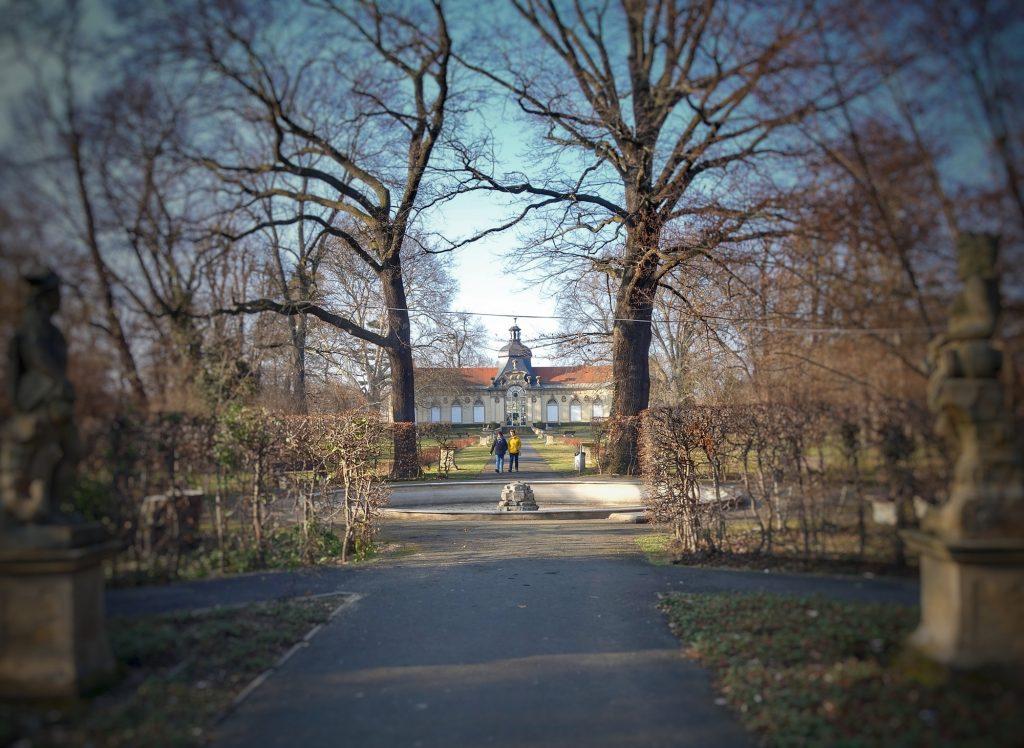 Sichtachse durch den Schlosspark Meuselwitz auf die Orangerie. Das Schloss selbst existiert heute nicht mehr.
