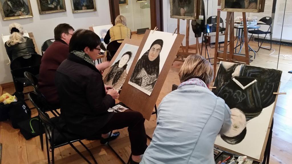 Der Zeichenkurs mit dem Künstler Tilman Kuhrt verband die Sonderausstellung zum Bauernmaler Friedrich Mascher mit dem Motto des Museumstags 2016 #PaintMuseum.